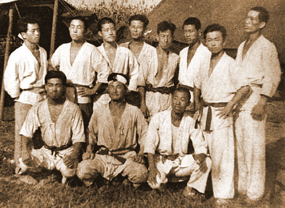 Byung-in Yoon (center) poses with his students during a training session (circa 1947). Standing on the front row to the far right looks very much like Nam Suk Lee.