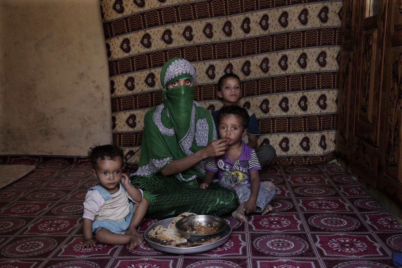 Yemeni mother struggling to feed her family, 2018.