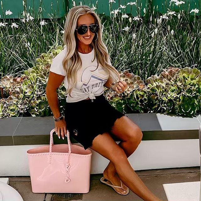 Our friend, @allyin_wonderland. Always with the good tan! Before her trip she used our self-tanner and enjoyed some sun! We hope you wore your SPF 😜