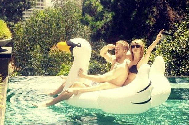 Taylor-Swift-inflatable-swan.jpg