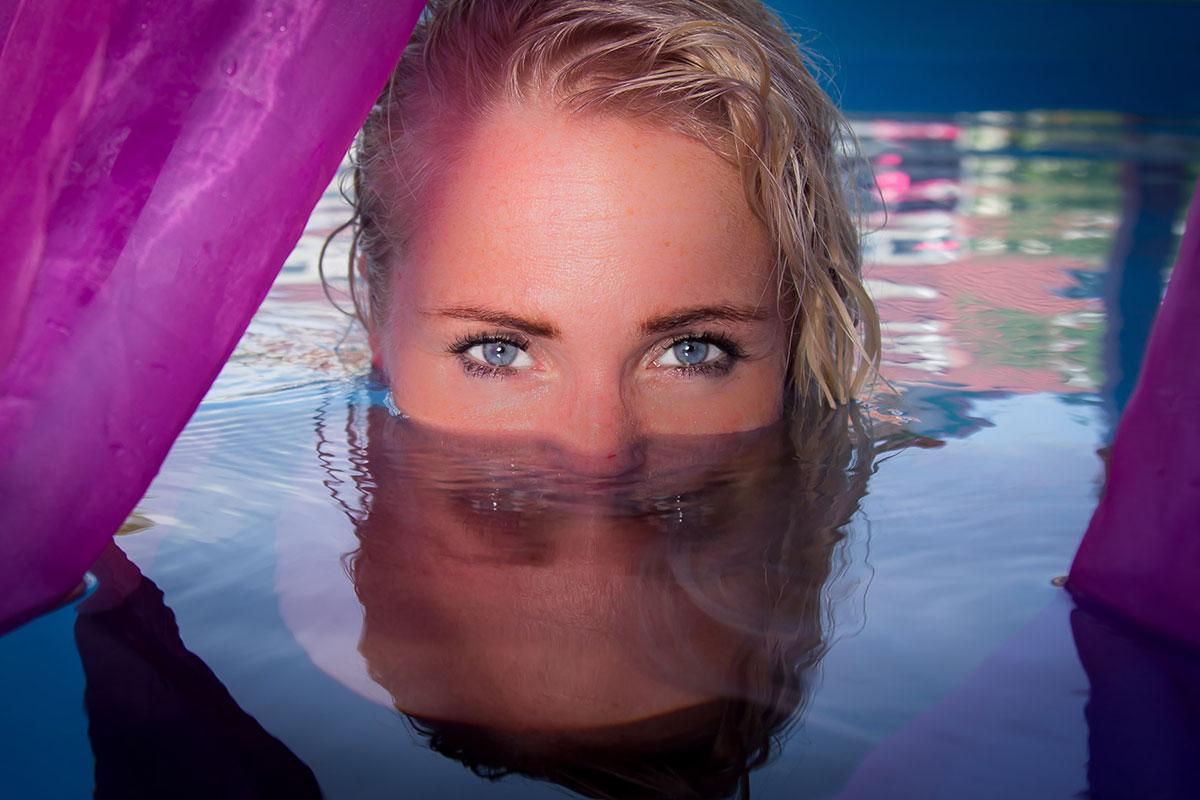 Színes portréfotó medencében
