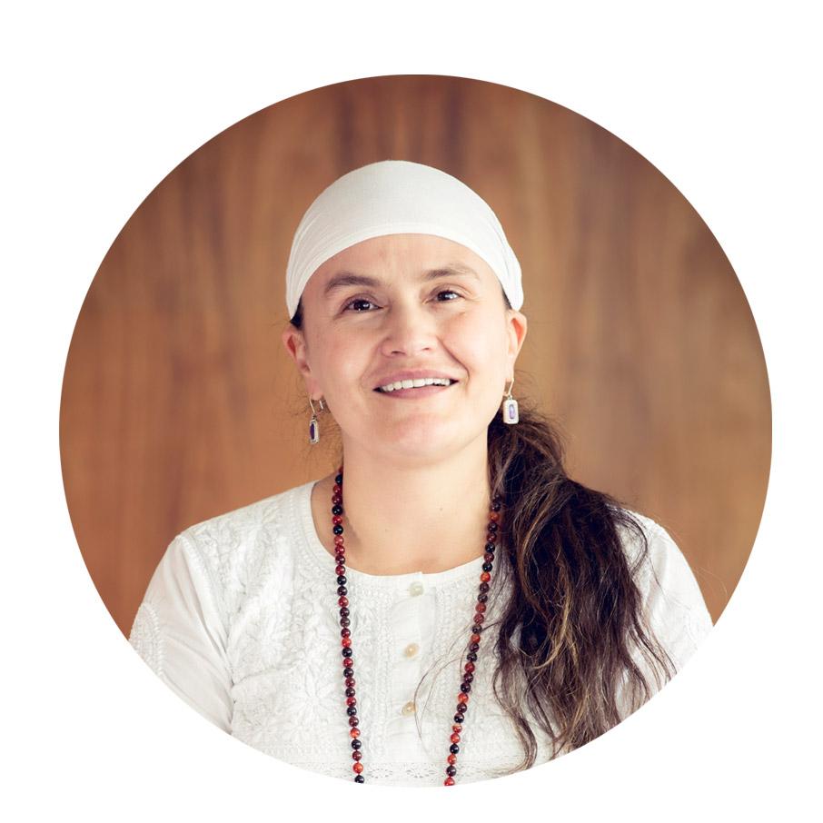 """Gurukee Kaur  Terapeuta manual y energética, profesora de Kundalini Yoga. Educadora de profesión y eterna estudiante del alma; y ahora bendecida y dedicada a servir en diferentes áreas a las mismas.   Frase Favorita:   """"Mientras más te amas a ti mismo, más amas a Dios"""" - Yogi Bhajan -"""