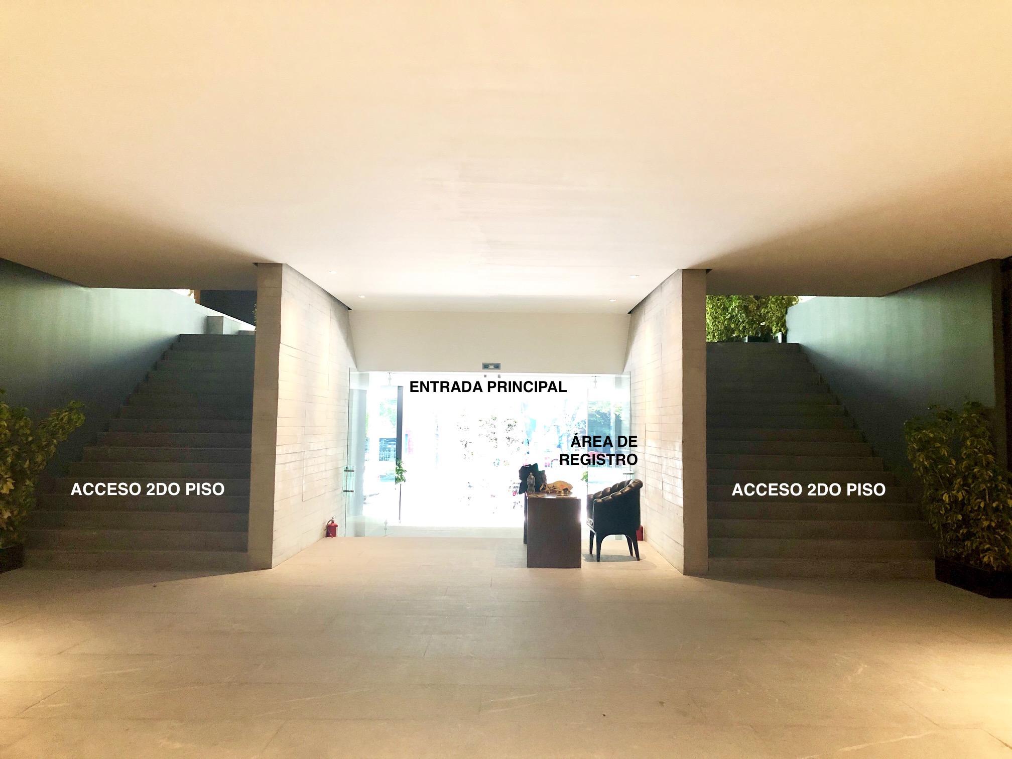 Entrada principal y área de registro.  Escaleras con acceso al 2do piso.
