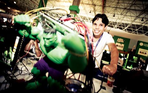 FORÇA VERDE Bruno Carvalho e seu computador disfarçado de Hulk