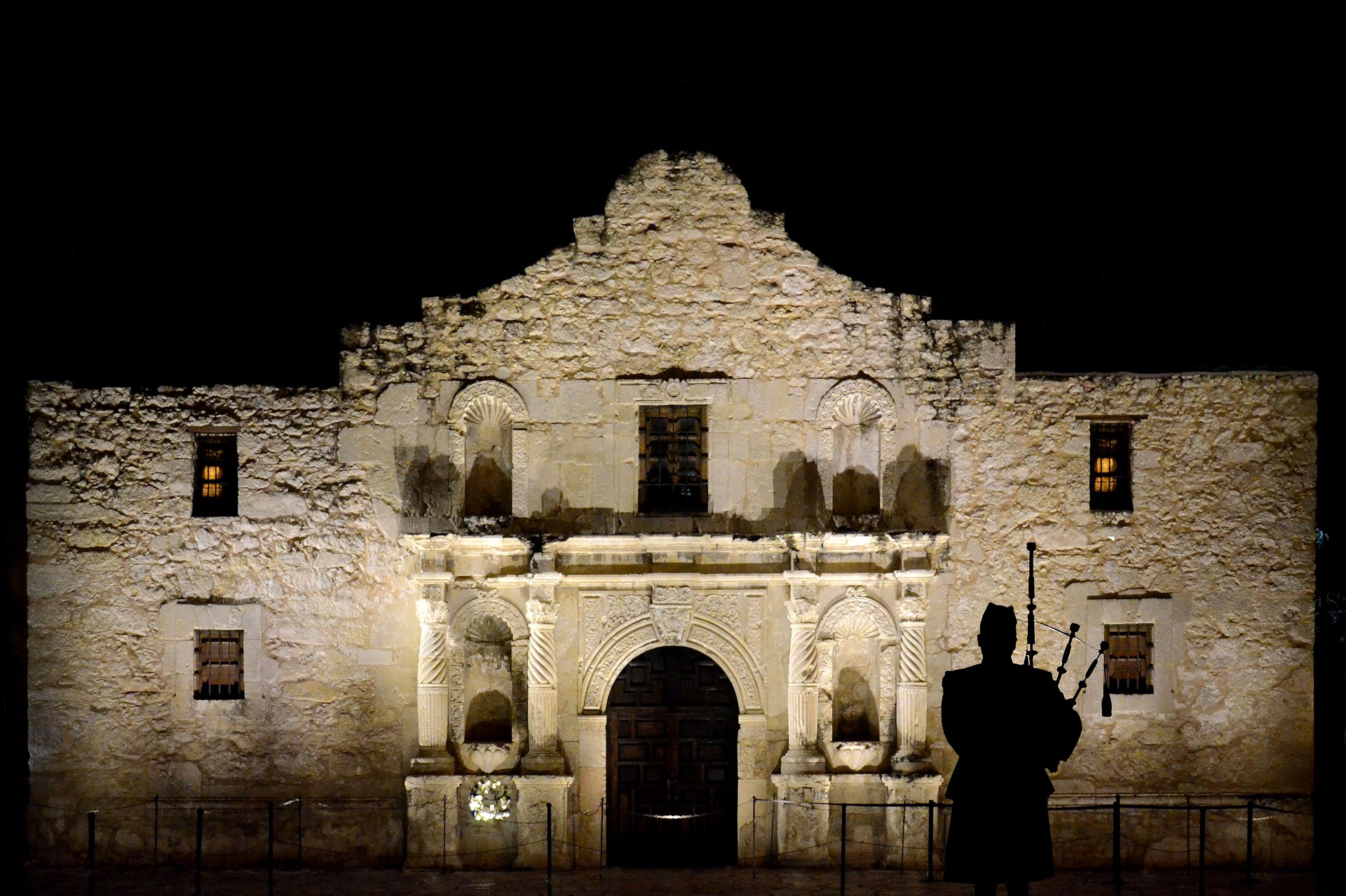 The Alamo is the most visited tourist destination in Texas with more than 2.5 million visitors annually.    This modern image of a piper at the Alamo pays tribute to the contribution of Scots at the battle.
