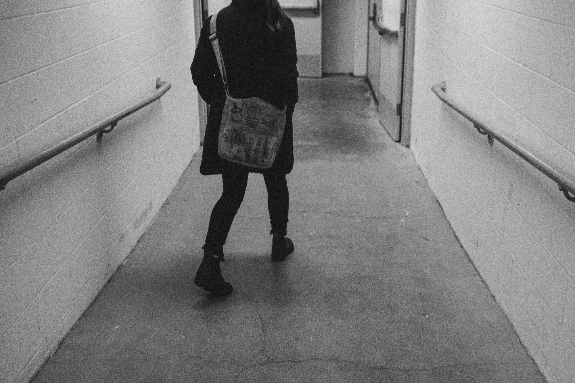 black-and-white-hallway-photo