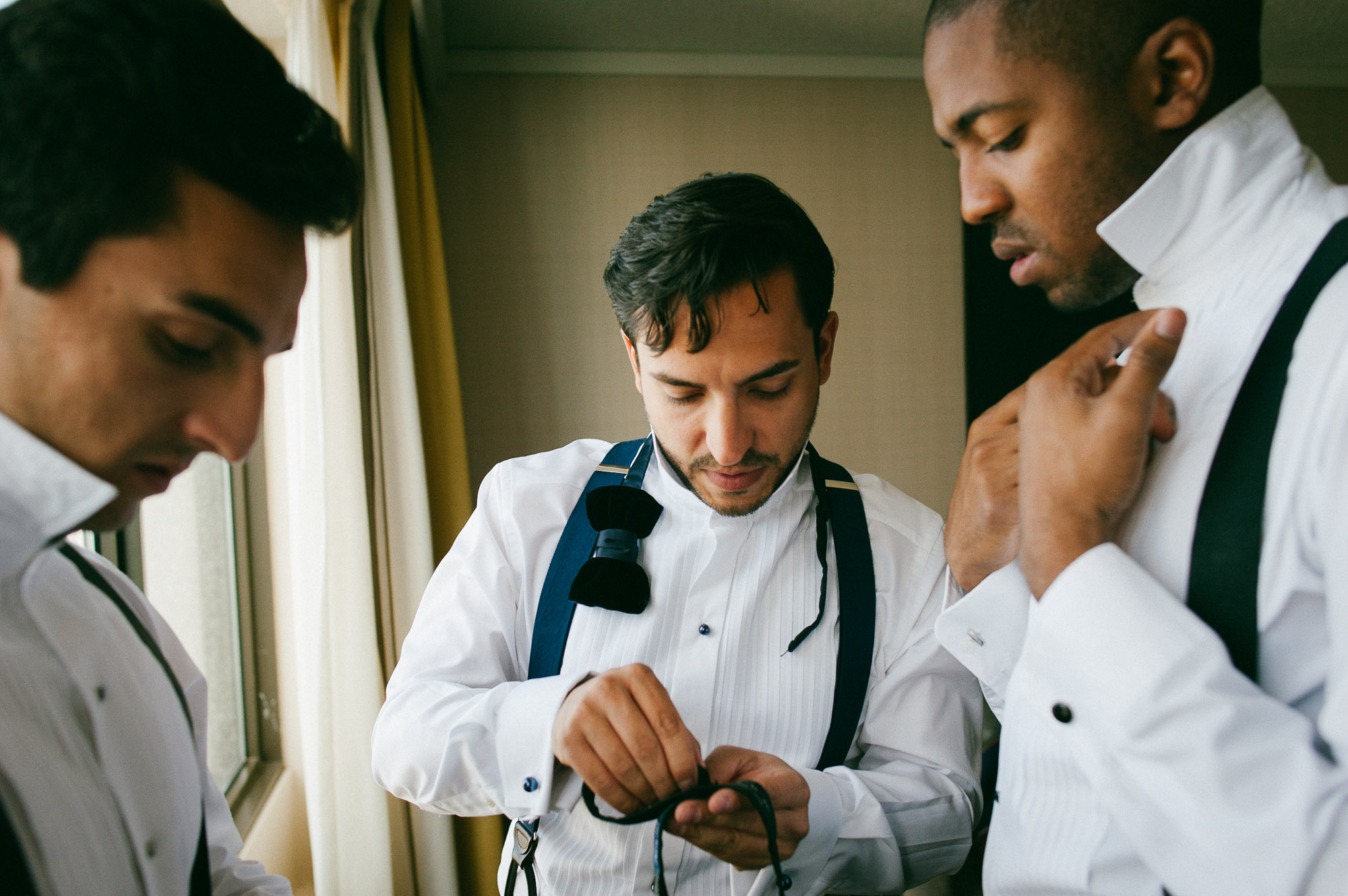 groomsmen-preparing-before-wedding