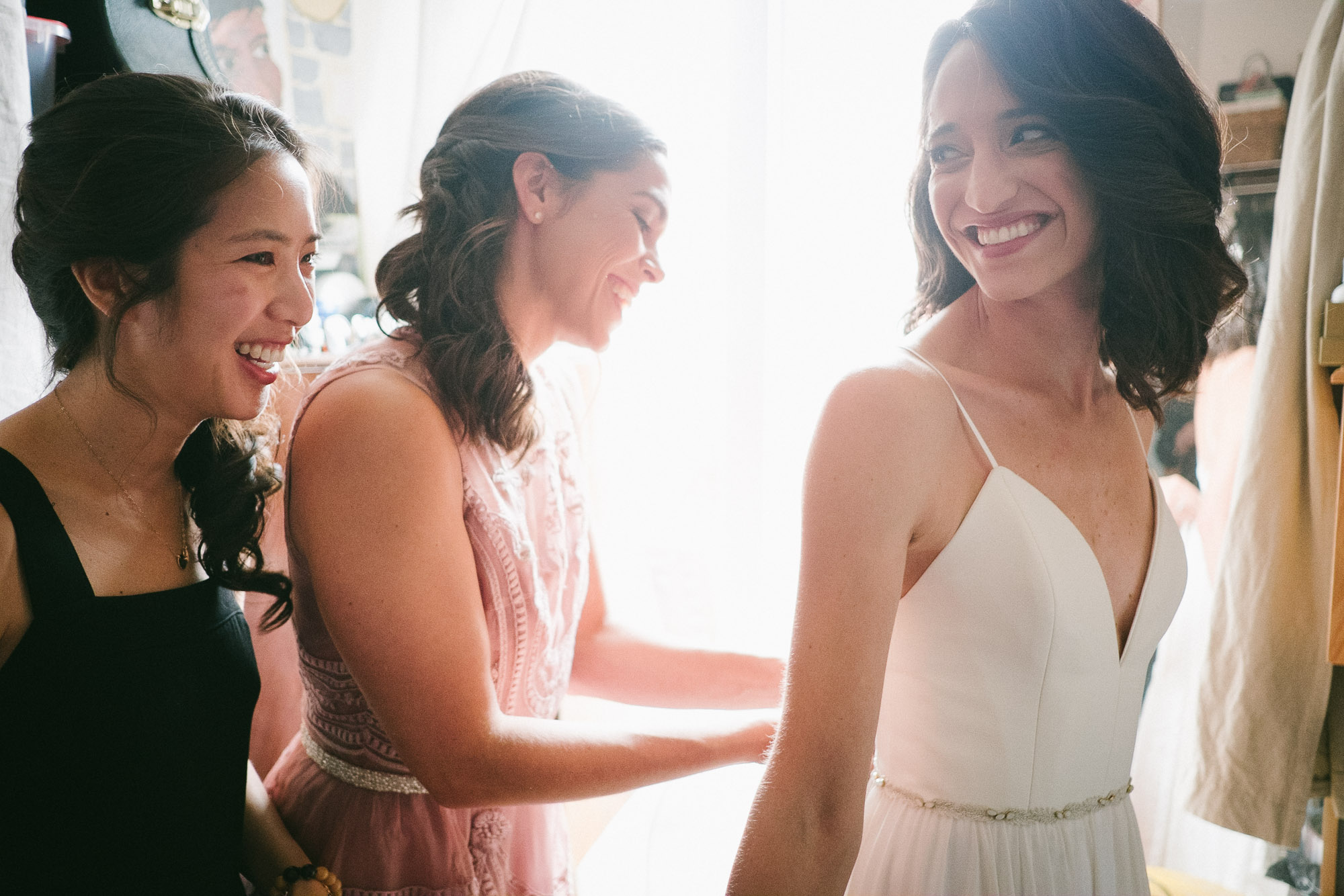bridesmaids-preparing-before-wedding