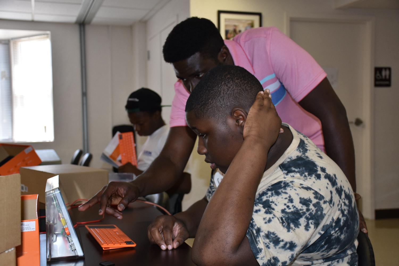EveryoneOn's Joojo Ocran leads a participant through a coding challenge
