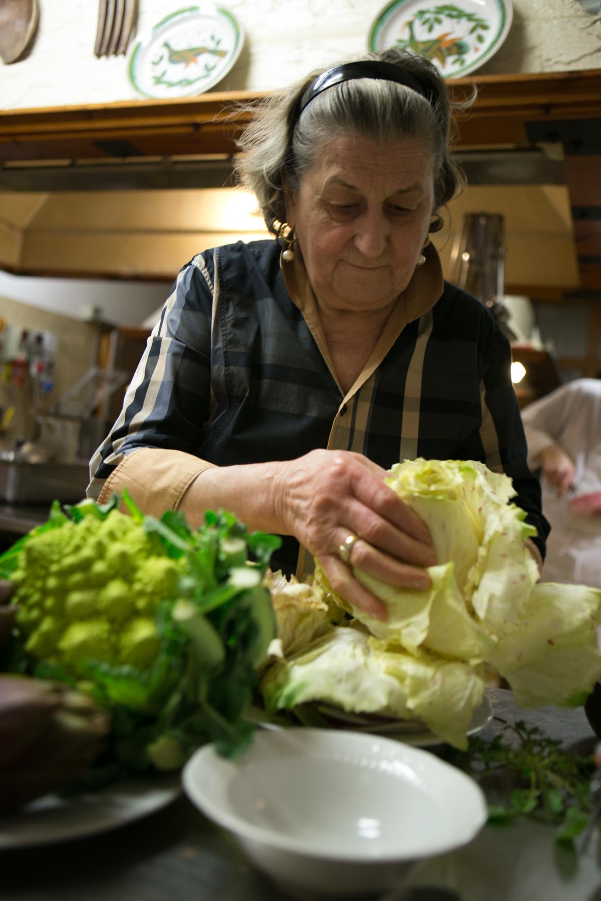 La mamma dà una mano ad Andrea in cucina