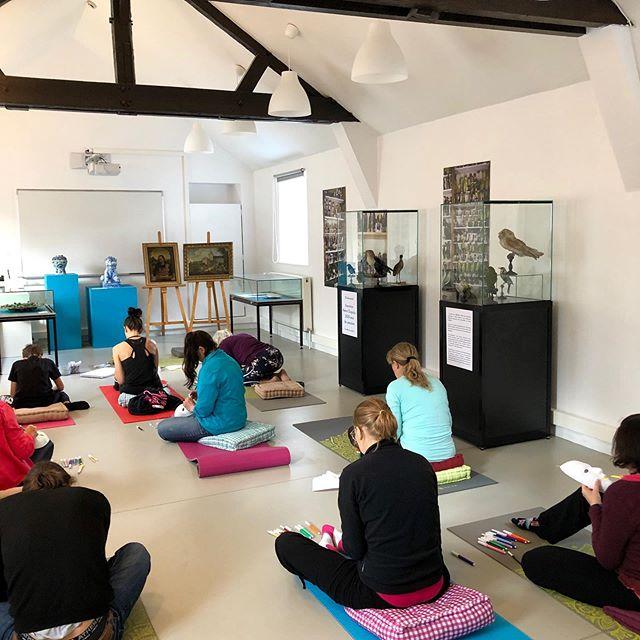 'Bulle d'émotions' - une expérience au musée à la croisée de l'art, du yoga et de l'artthérapie. . Ou quand les émotions sont des énergies.  Émotions positives ou émotions négatives? Le jugement social les catégorise et pourtant elles ont toutes lieu d'être... ce ne sont que des énergies, énergies hautes ou énergies basses, que des énergies! . Avec le yoga vous pouvez moduler votre énergie à souhait, et vous rendre compte à quel point les émotions sont malléables et changeantes! À quel point vous pouvez les transformer pour être à choix! Et en conscience de votre expérience. . #yogart #yoga #saintomer #hautsdefrance #tourisme #soleneyoga @museesandelin @saintomer_tourisme
