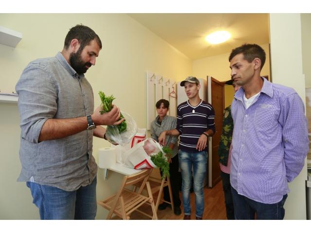big_adrian_hadean_si_tineri_02_inagurare_centrul_de_tranzit_foto_ghita_porumb.jpg