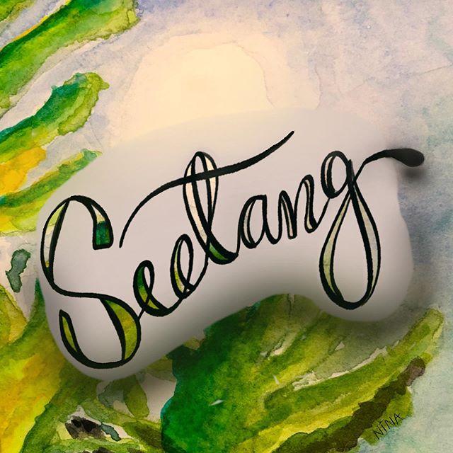 ~ Sagen wir mal, dass Aquarellmalerei nicht so mein Ding zu sein scheint...🤪. Geduld ist eine Tugend, und ich bin wohl tugendfrei 😂. Aber nichtsdestotrotz hier mein erster Beitrag für #maritimeletterei, wie gewünscht analog gestartet, aber glaubt mir, die digitale Wolke hat's gebraucht. Es sei mir als Anfängerin verziehen 😀. Vielen Dank @poejpoej und @stickynote.lettering für die/den neue/n Challenge. #letteringforineyear. ~ #lettering #beginner #watercolour#myart #practice #procreate #digitalart #ipadpro