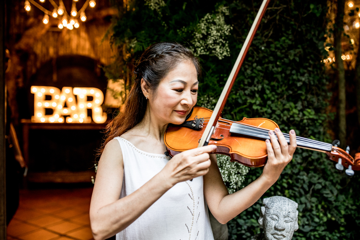- Quynh Anh walked down the aisle in the hands of Justin big brother, then met her sister halfway, while their mother play violin.