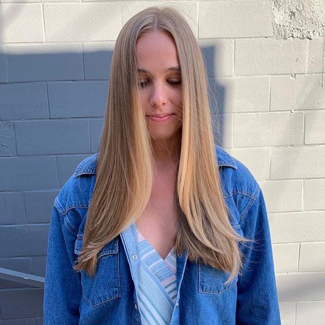 Beautiful natural blonde by Thea @hairslayur ✨✨ . . .  @schwarzkopfpro #echoparklake #balayageombre #balayage #blondehair #blondebalayage #longhair #lahair