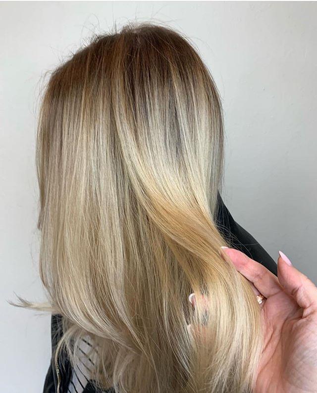 Amazing blonde by @rockpaperkim  Using @schwarzkopfpro ✨✨✨ . . .  #rockpaperla #schwarzkopfpro #schwarzkopfusa #davinessalon #lahair #lahairstylist #echoparkhair #dtla #echoparklake #balayagehighlights #balayagedandpainted #unicorntribe #modernsalon #behindthechair #beautylaunchpad #blondeme #balayagehair #balayageombre
