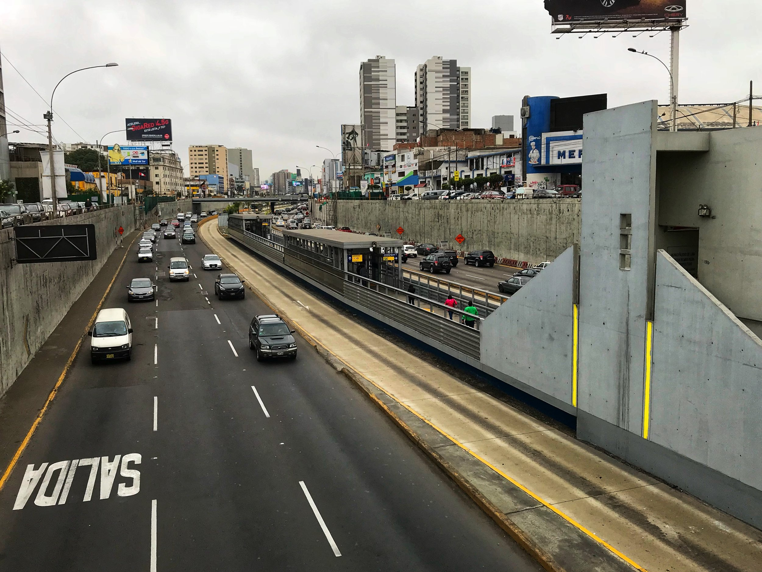 A highway in Lima (the empty lane is for Metropolitano buses)