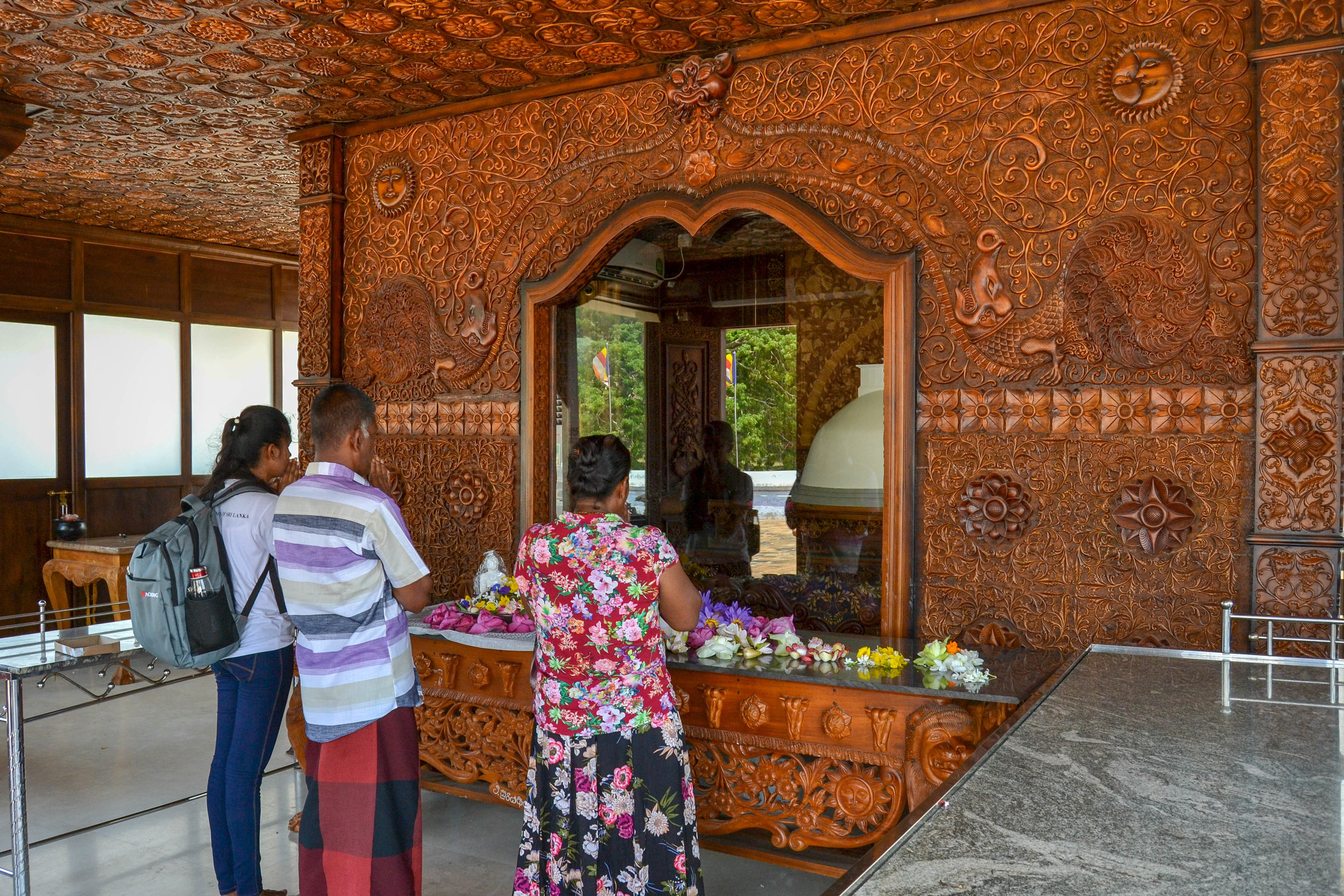 Worshippers at Ruwanwelisaya