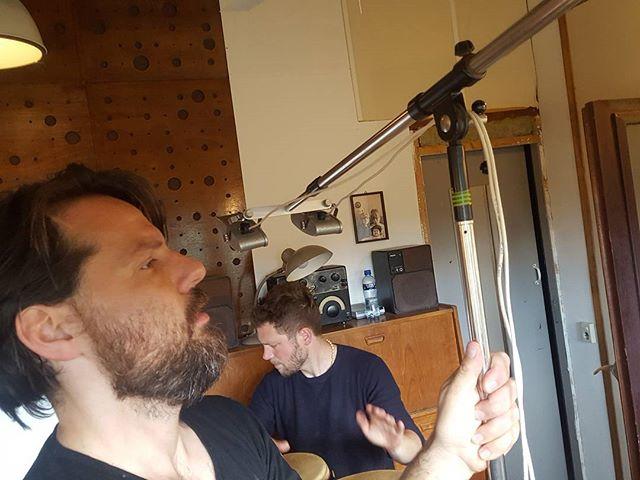 Lekker knutselen met de boys @merlijnverboom @gijsanders . . . #projectiekamer #studio #ribbon #mics #roetetoeter #jamm #percussion #africa #amsterdam #mannequin #tape #casette