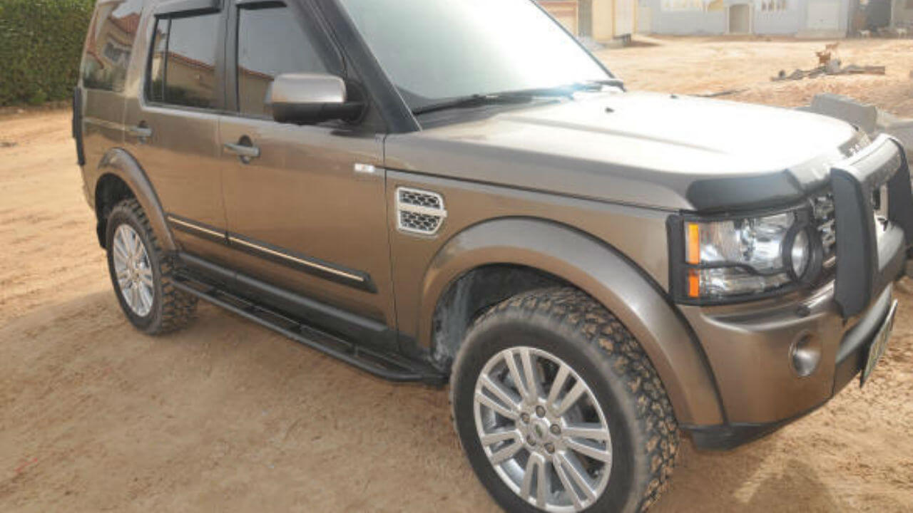 Land-Rover-LR3-LR4-off-road-rock-sliders-with-step-Voyager-Offroad