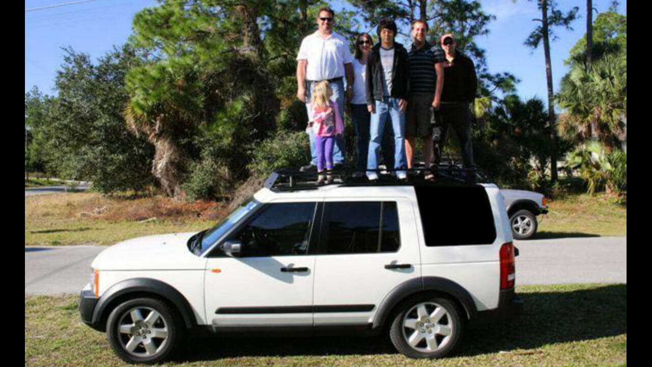 Land-Rover-LR4-white-Voyager-contactor-roof-rack-off-road-people-standing-Voyager-Offroad.jpg