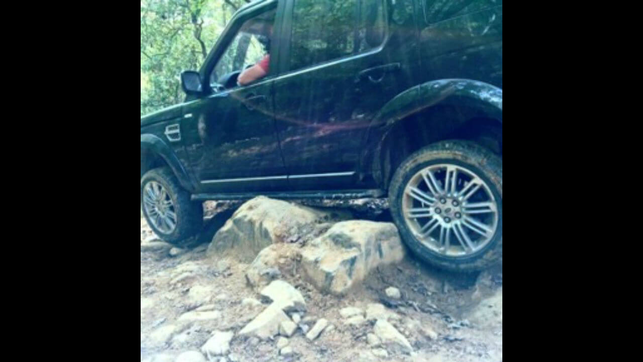 Land-Rover-LR4-rock-sliders-extra-step-rock-crawling-off-road-Voyager-Offroad.jpg