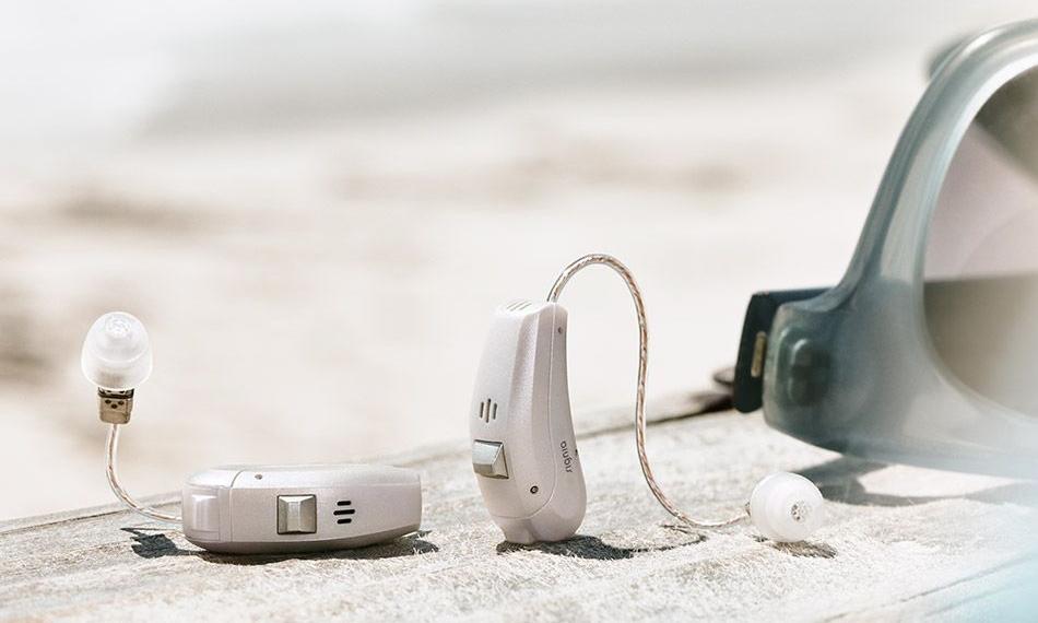 Geniet van het geluid van het leven. - Een drukke bar, een treinstation of een café.Overal waar veel omgevingsgeluid is, vraagt converseren met andere mensen om concentratie en inspanning. Inspannen om spraak te kunnen verstaan in moeilijke luistersituaties is aan het einde van een lange dag, vermoeiend. Dit is zelfs voor mensen met een normaal gehoor van toepassing.De nieuwe Ace vermindert deze inspanning. De geavanceerde SpeechMaster functie benadrukt de spreker en reduceert overbodige stemmen en omgevingsgeluiden. U hoort alleen wat u wilt horen. Als gevolg wordt luisteren moeiteloos en minder vermoeiend dan normaal horen. De hele dag door. In iedere situatie.
