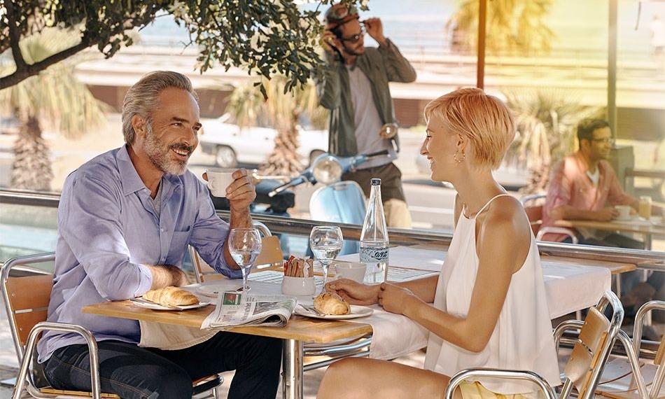 Genieten in de buitenlucht. - Het is laat in de middag en u zit in een café te genieten van een cappuccino samen met vrienden.Er staat een koel briesje en aan de tafel naast u ontstaat een verhitte discussie.Met Ace is luisteren gemakkelijk. De automatische SpeechMaster functie verheft de stem van uw gesprekspartner bij u aan tafel en onderdrukt stemmen om u heen.De eWindscreen™windruisonderdrukking functie onderdrukt daarnaast het geruis van de wind.U kunt rustig achterover leunen en genieten van uw gezelschap.