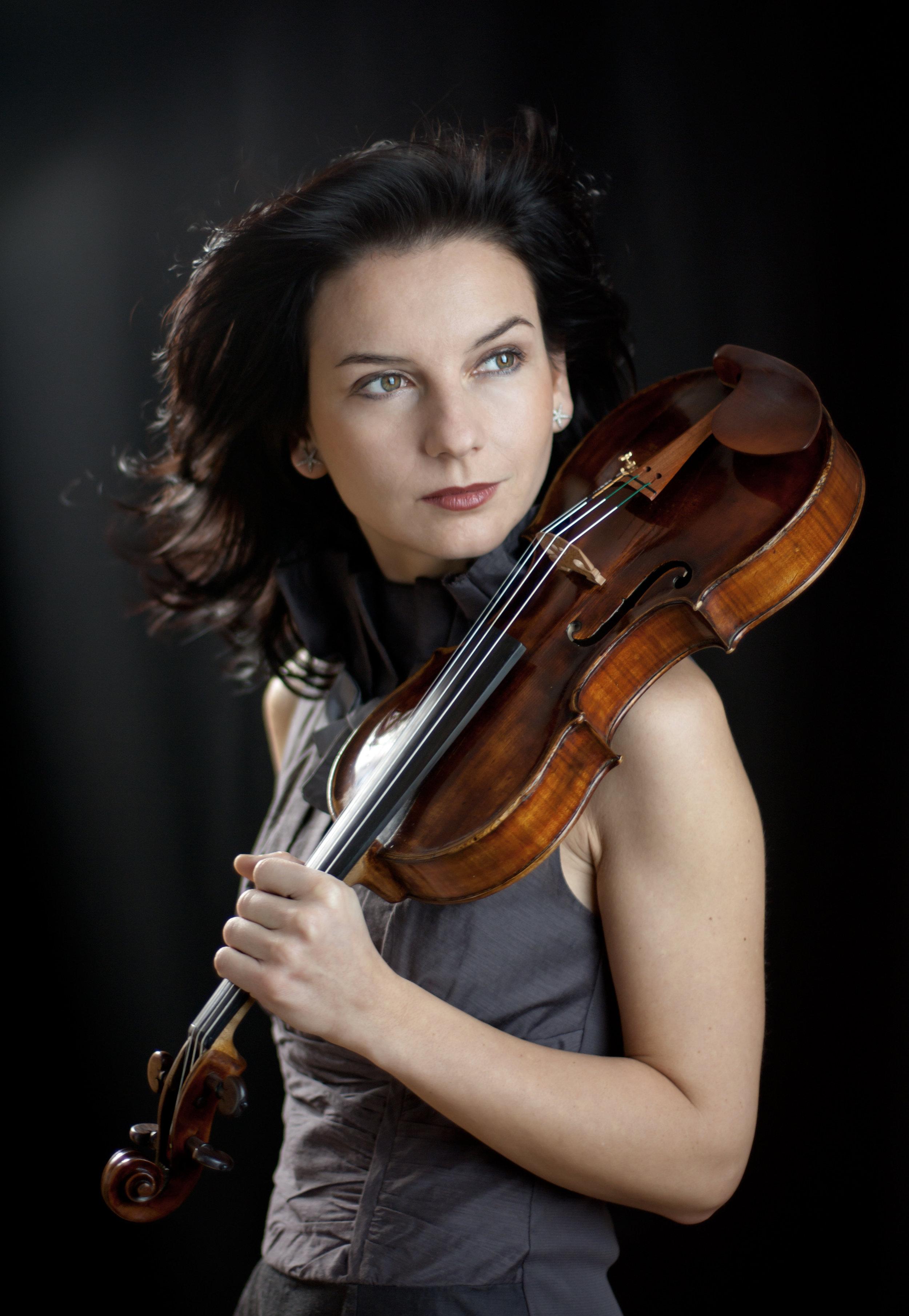 """BIOGRAPHIE - Teodora Sorokow (geboren Kasmetska) wurde 1977 als Tochter eine Musikerfamilie in Sofia geboren. Sie erhielt ihren ersten Violinunterricht im Alter von vier ein halb Jahren an der Musikschule """"L.Pipkov """" in Sofia bei Irina Dragneva, danach wechselte sie zu Garnik Goukasjan und Prof. Evguenya-Maria Popova.Im Jahr 1993 übersiedelte die Familie nach Lissabon, wo Teodora Sorokow den weiteren Geigenunterricht bei Prof. Valentin Stefanof erhielt.Von 1994 bis 2002 studierte sie an der Universität für Musik und darstellende Kunst in Wien bei Prof. Johannes Meissl sowie Prof. Josef Hell und schloss ihren ersten Studienabschnitt mit Auszeichnung ab.Im Jahr 2002 setzte sie ihr Studium an der Folkwanghochschule Essen bei Prof. Mincho Minchev fort und schloss im Februar 2004 ihre Diplomprüfung mit Auszeichnung ab.Teodora Sorokow bekam während ihres Studiums Stipendien von der Tokyo Fondation und von der Universität für Musik und darstellende Kunst in Wien.Im Jahr 1998 gewann sie das Konzertmeister-Probespiel beim Wiener Jeunesse Orchester und spielte mit dem Orchester im Berliner Festspielhaus, Concertgebouw Amsterdam, Wiener Musikverein, Grossen Saal des Moskauer Konservatoriums und nahm am """" World Jouth Musik Forum"""" in Moskau unter der Leitung von Maestro Valeri Gergiev teil.Teodora Sorokow hat schon während ihres Studiums zahlreiche Soloauftritte im Wiener Konzerthaus, Musikverein, Radiokulturhaus in Wien, beim Benefizkonzert im Wiener Börsensaal unter der Patronage von Lord Yehudi Menuhin und im Rahmen eines Benefizkonzertes in Bundeskanzleramt Wien absolviert.Weitere Solo- und Kammermusikauftritte führten sie nach Luxemburg, Deutschland, Österreich, Portugal, Italien, Bulgarien und Frankreich.Im Jahr 2010 haben Teodora Sorokow und die Pianistin Ruzha Semova ihr Kammermusik-Duo gegründet und sie konzertieren regelmässig beim verschiedenen Festivals in ganz Europa und Asien. Drei Jahre später ist ihre erste CD erschienen, welche im Wiener Konzerthaus aufgenommen """