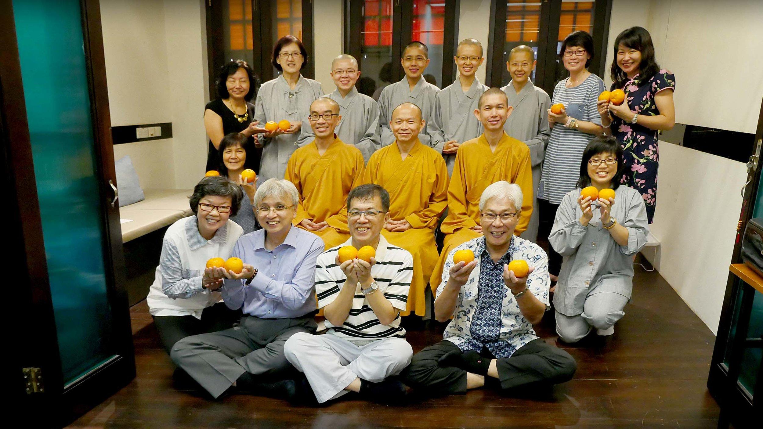 2017年2月17日,净远法师善巧地一步步带领僧俗二众走进禅修。