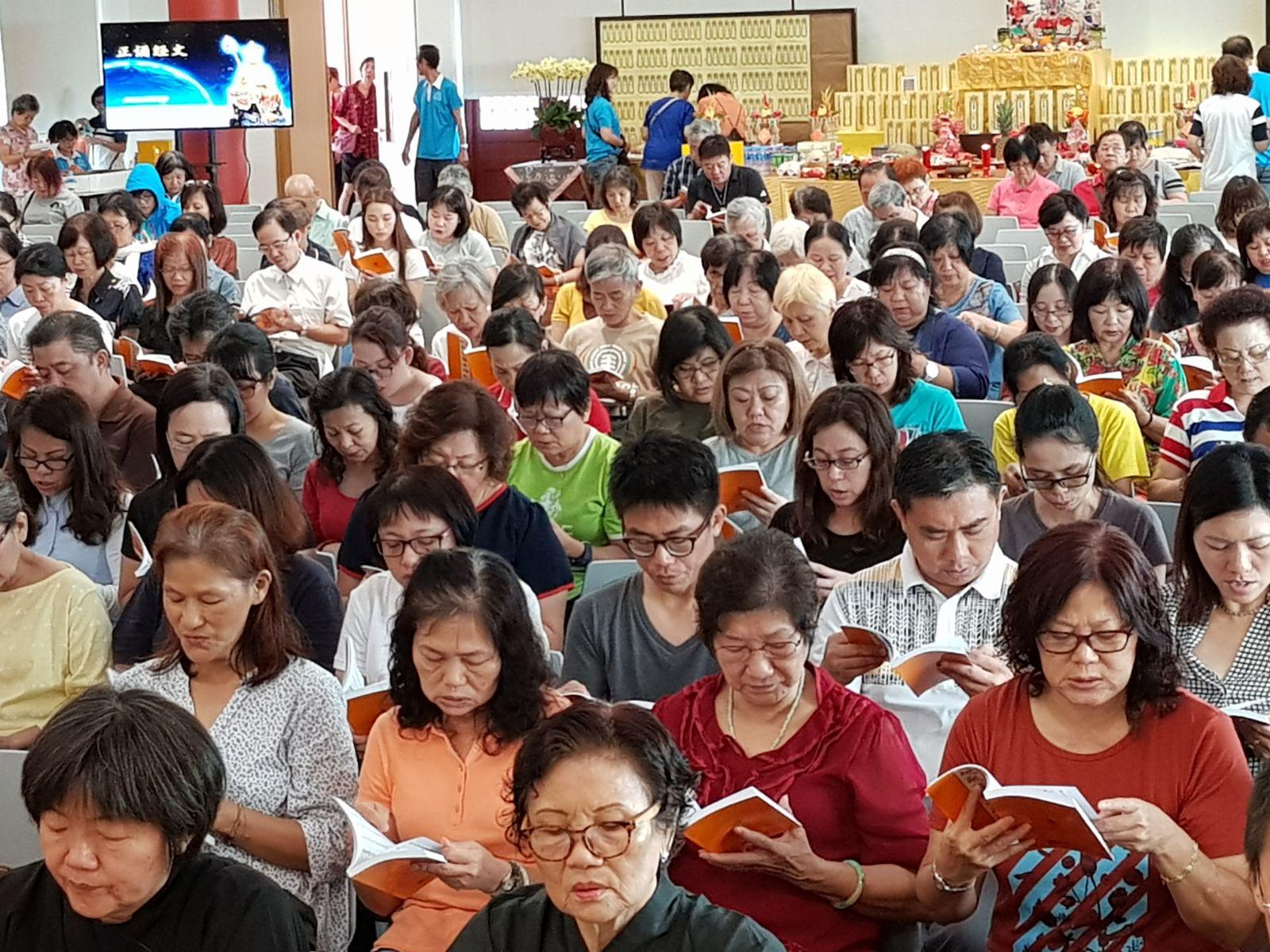 大众虔诚读诵《地藏菩萨本愿经》