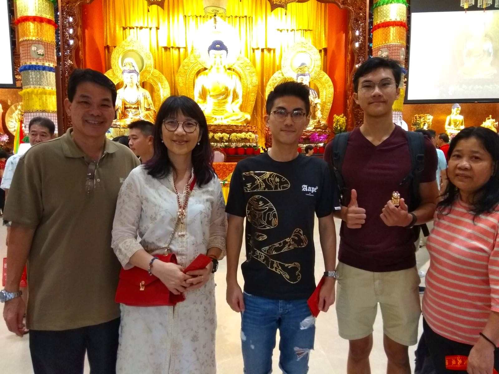 郭俊傑先生 - 年约27岁,今天在家人陪同下,不仅前来寺院礼佛,他还承担喜庆活动的义工,这是他第二年参与义工的队伍。他表示能为他人服务乃至看到他们脸上流露喜悦,自己也开心。