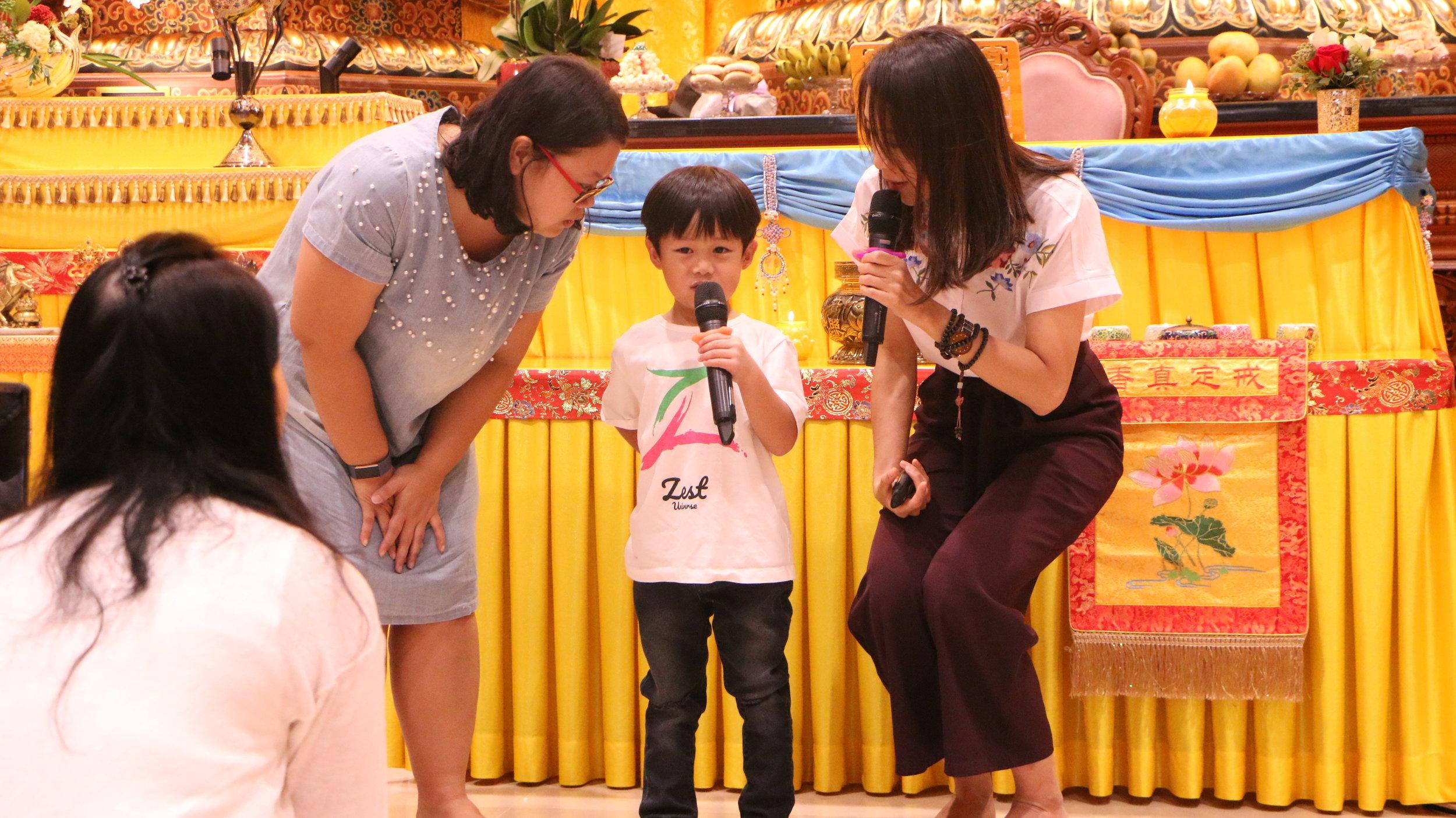 """另一位小朋友张哲睿 (Teo Zhe Rui, Ander) - 也非常勇敢地在大庭广众前分享他有一次进医院打针,感受到妈妈比他更难受,借此机会他对妈妈说:""""我爱您!"""""""