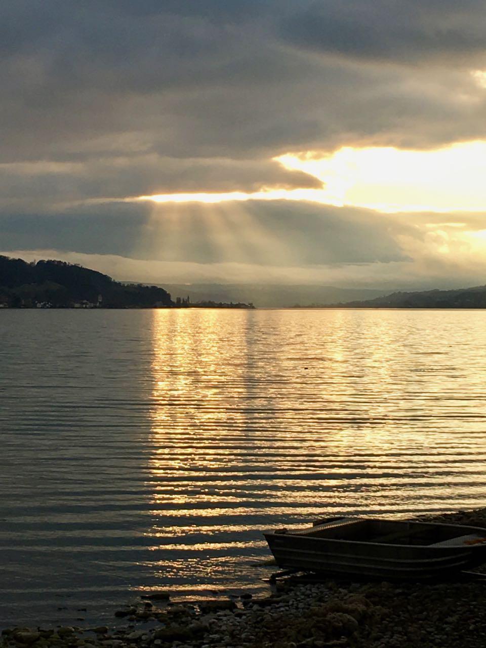 Sonne strahlt zwischen den Wolken hindurch am Bodensee