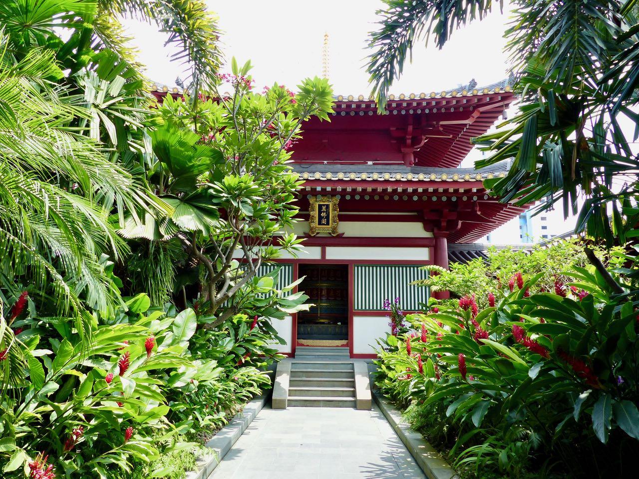 Gebetsmühle auf dem Dach des Tempels in Singapur
