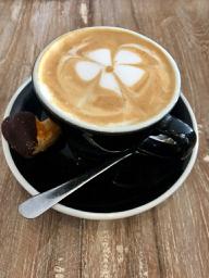 Eine Tasse Kaffee oder Tee und ein Buch - laß es Dir gutgehen.