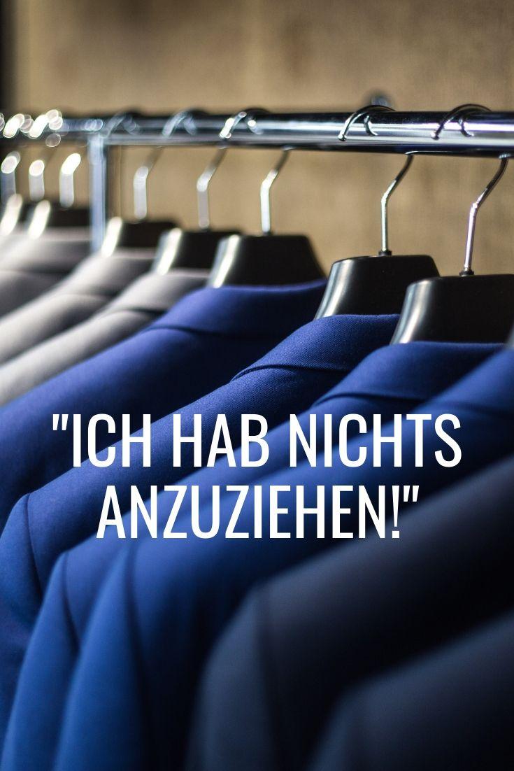 blaue Anzüge am Kleiderbügel