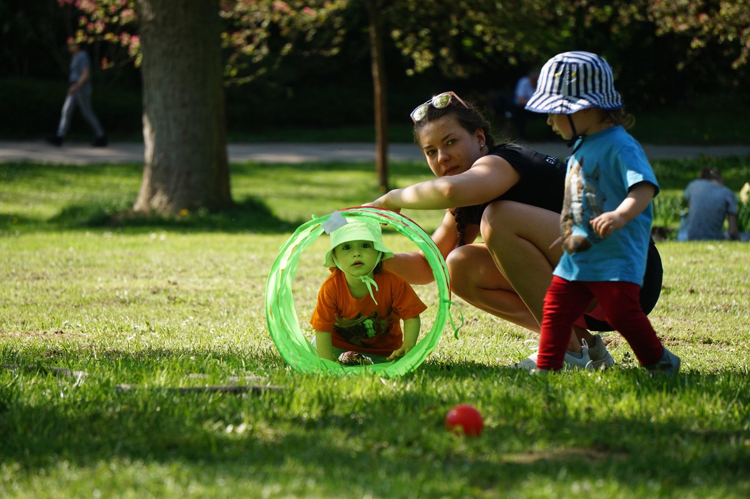 Moving Kids - Wir bringen Dein Kind in Bewegung – Turnen an der frischen Luft für Kinder ab ca. 2 JahrenSpiel und Bewegung in der Natur für die Kleinen. Die Nachfrage nach Kinderturnen ist so groß wie noch nie. Doch in der Regel findet Kinderturnen in geschlossenen Räumen, wie Turnhallen und Vereinshäusern statt. Mit unserem Kurs