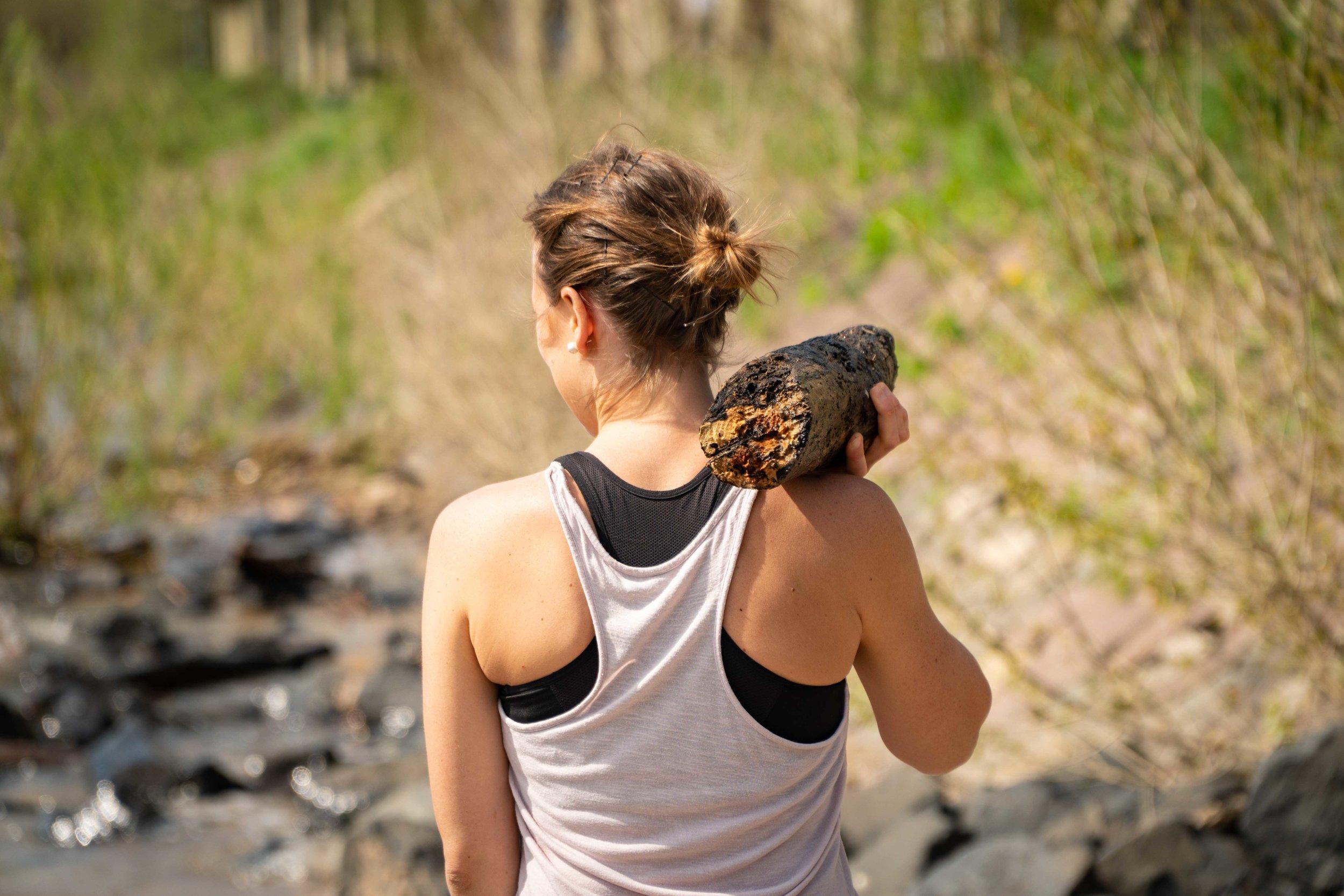 7 Gründe, warum du nur noch draußen sport machen solltest. - In der heutigen Zeit verbringen wir den Großteil unseres Lebens in geschlossenen Räumen – morgens mit dem Auto zur Arbeit, den ganzen Tag im Büro und wenn du schon Zeit für deine Fitness einplanst, verbringst du diese dann auch noch im Fitnessstudio und wenn nicht, zuhause auf dem Sofa. Warum es besser ist draußen Sport zu machen und welche Vorteile das für dich hat, erfährst du in diesem Artikel.