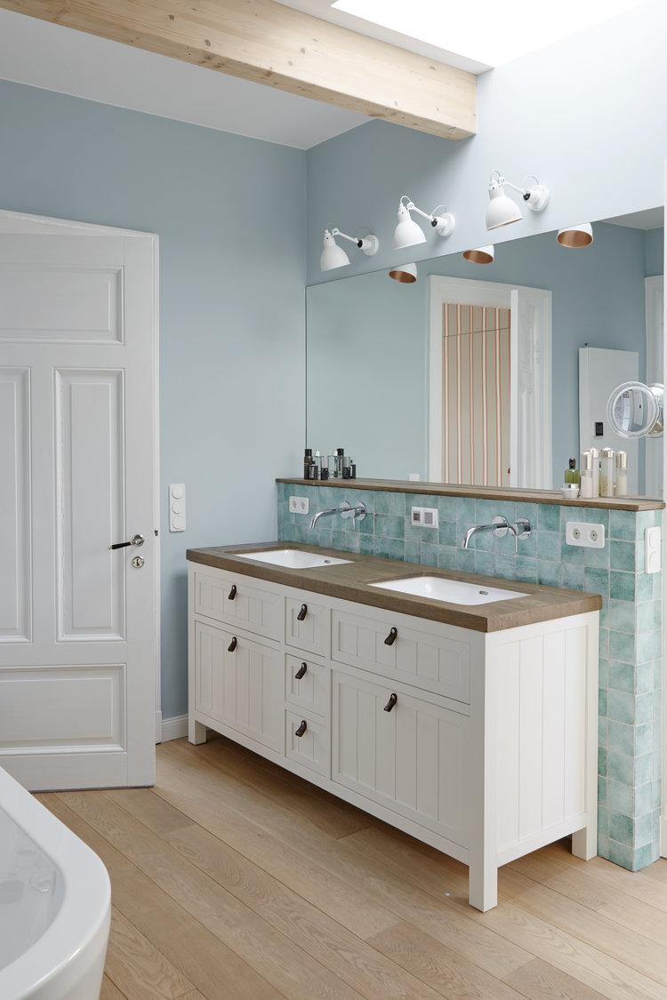 Handgemachte+Fliesen,+Badezimmer+wie+in+den+Hamptons,+Waschtisch+aus+Holz,+Ledergriffe,+Holzboden+im+Bad.jpg