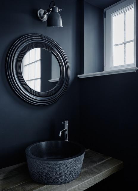 Kleines+GästeWC,+schwarze+Wand,+Aufsatzwaschbecken,+Holzboard.jpg