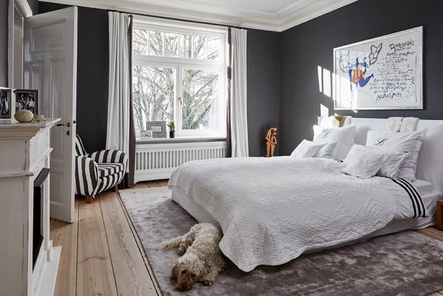 Schlafzimmer+schwarz-weiß,+Kamin+im+Schlafzimmer,+Schlichtes+Schlafzimmer.jpg