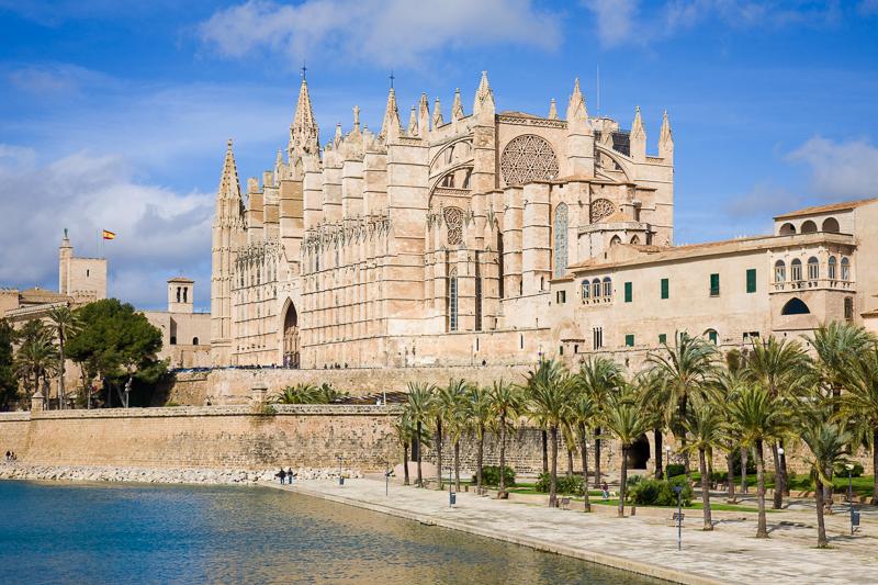 blick-auf-die-imposante-kathedrale-la-seu-katalanisch-fuer-bischofssitz-in-palma-der-hauptstadt-der-spanischen-mittelmeerinsel-mallorca-spanien.jpg