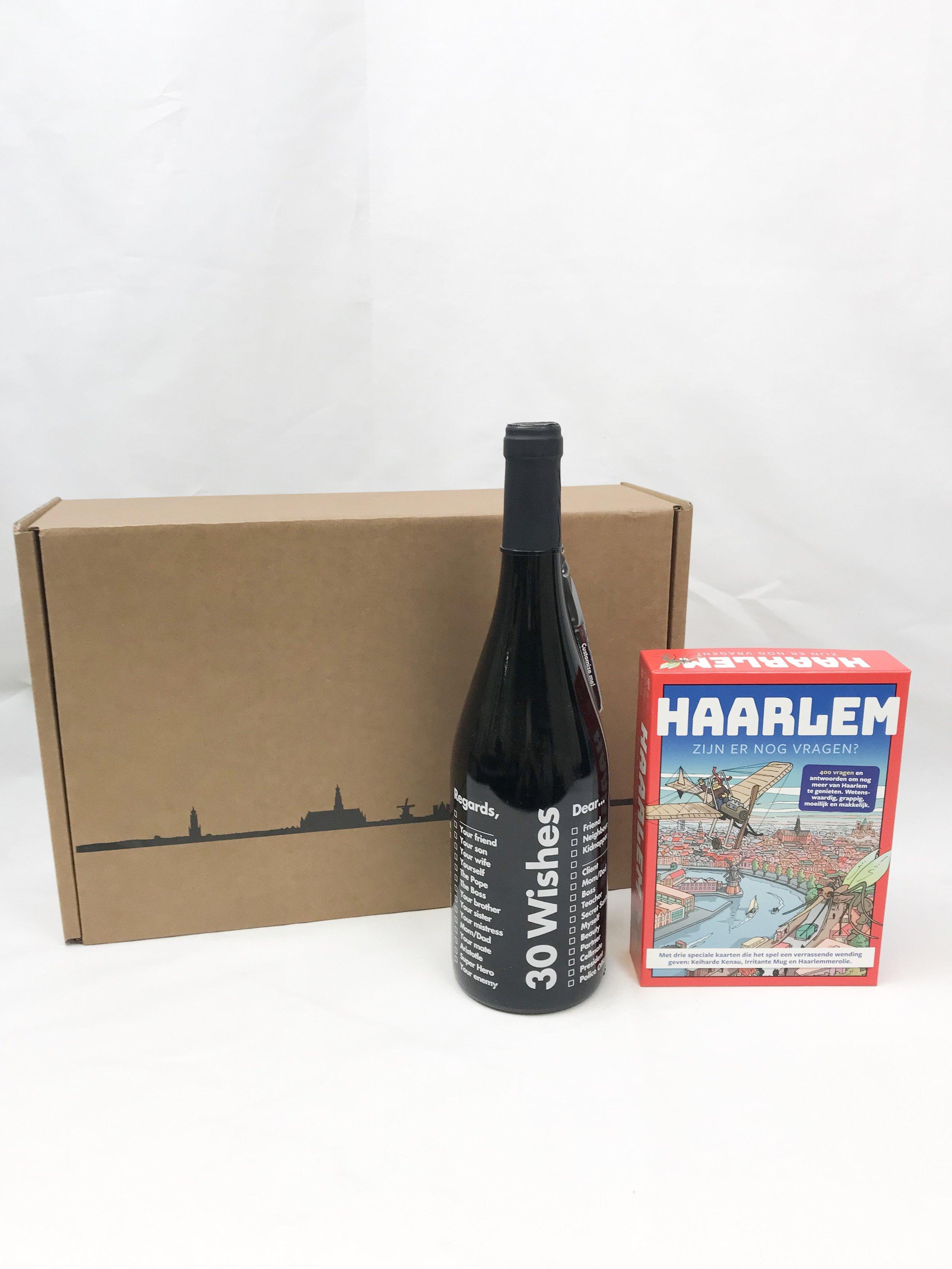 """Maak je op voor een Haarlemse game night met deze leuke set bestaande uit het spel """"Haarlem! Zijn er nog vragen?"""". Het spel bevat maar liefst vierhonderd wetenswaardige, grappige, moeilijke en makkelijke vragen over Haarlem en omgeving. Wie als eerste Haarlem en omgeving verovert, heeft het spel gewonnen. Daarbij krijg je een heerlijke fles 30 Reasons wijn van Neleman."""