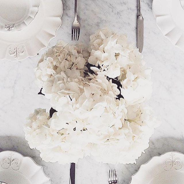 Nothing beats a classic hydrangea for weekend entertaining. Happy Sunday  #tablecentrepiece #sydneyflowers #sydneybride #sydneywedding #weddingplannersydney