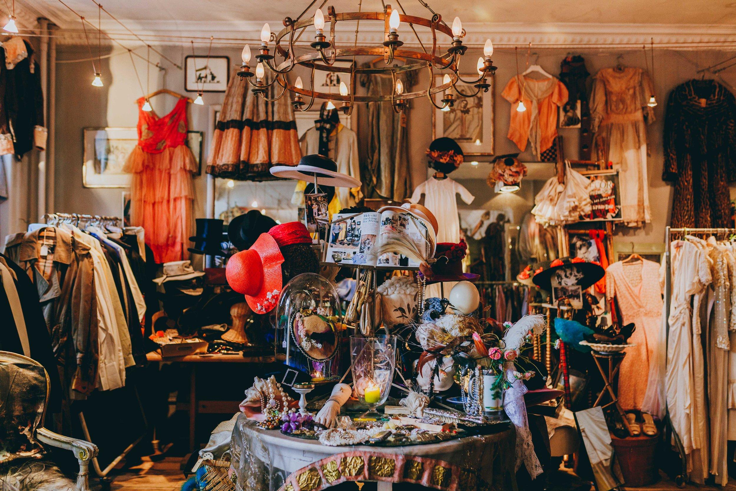 Stemningsbillede fra Decor Vintage i Rømersgade – en af de ældste og bedste vintagebutikker i København