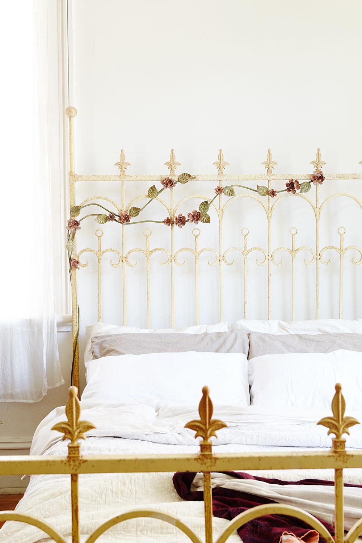 vintage_floral_metal_bed.jpg
