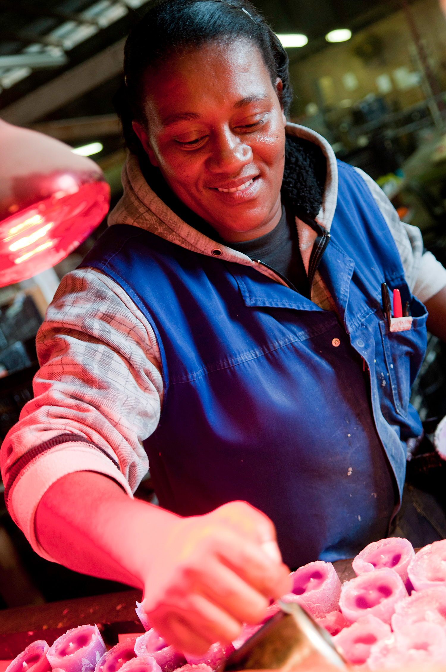 kapula-handmade-premium-fragranced-candles-wax-poured-woman.jpg
