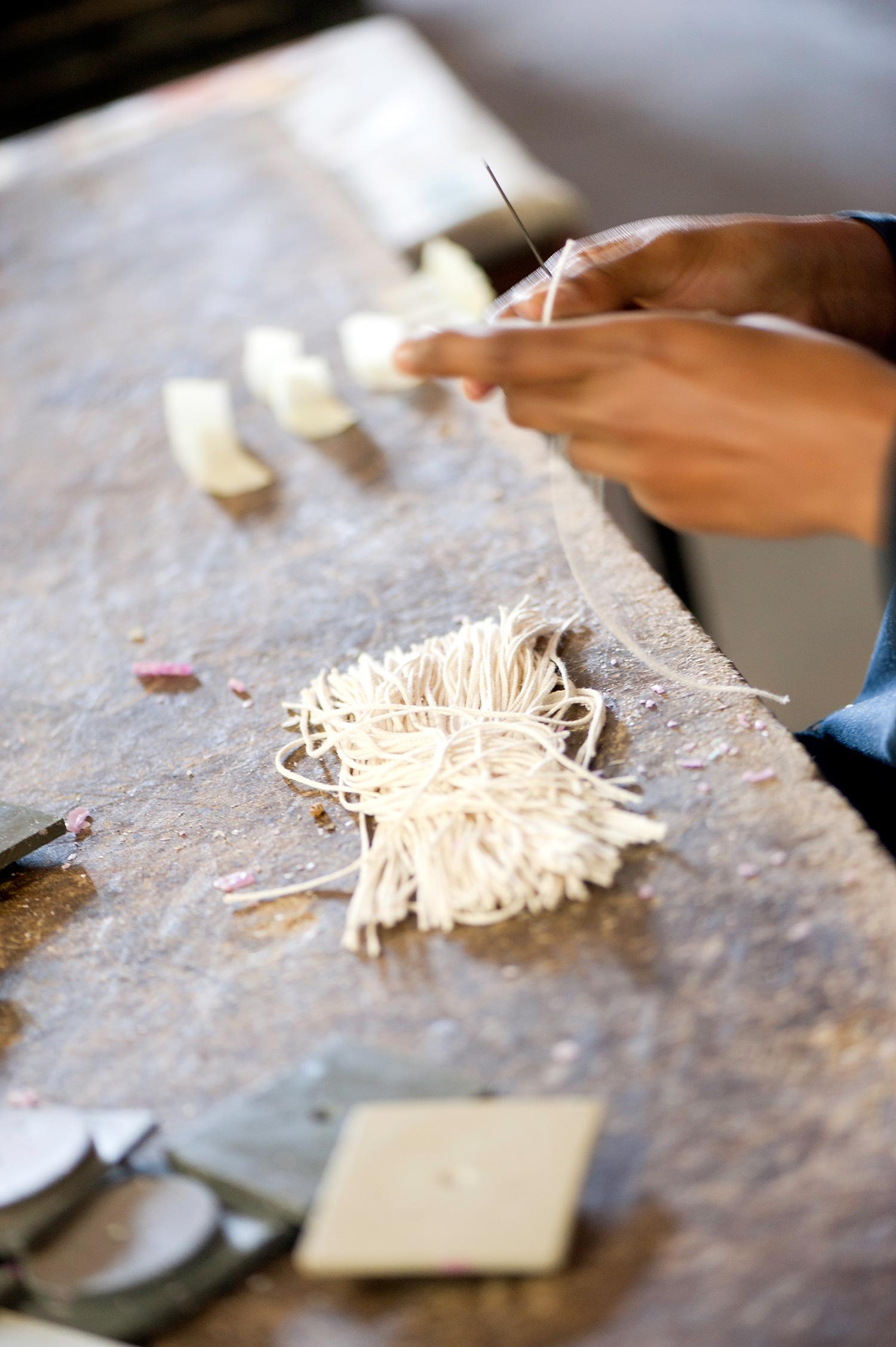 kapula-handmade-soy-candles-process-cutting-wicks.jpg