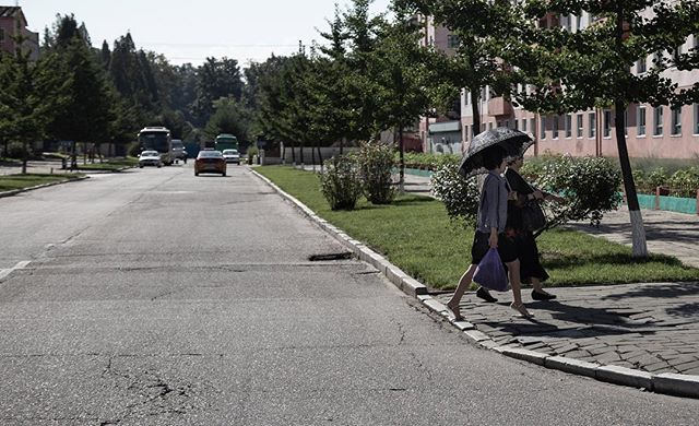 Umbrella ladies. ______________________________________ #everydaydprk #dprk #pyongyang #northkorea #ig_korea #photojournalism #reportage #korea #documentary #insidenorthkorea #humansofpyongyang #urbanphoto #earthpix #igworldclub #StreetView #streetphotography #ig_street